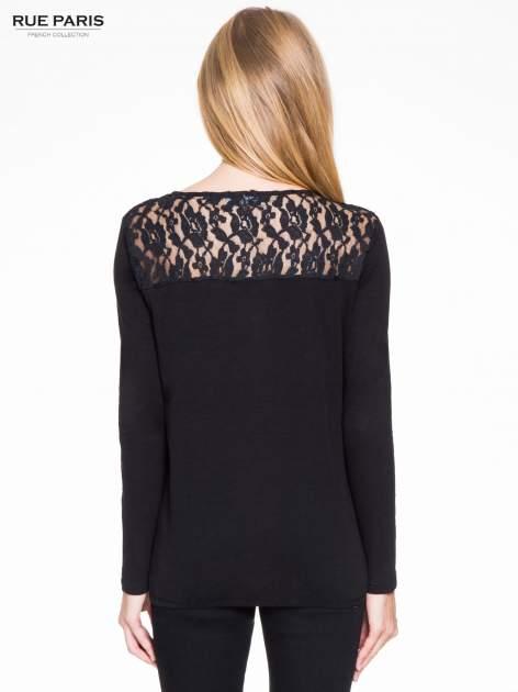 Czarna bluzka z koronkowym karczkiem                                  zdj.                                  4