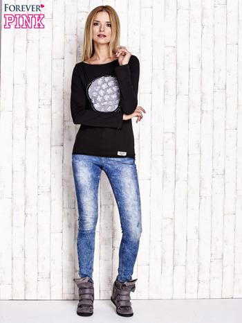 Czarna bluzka z kwiatową aplikacją i surowym wykończeniem                                  zdj.                                  2