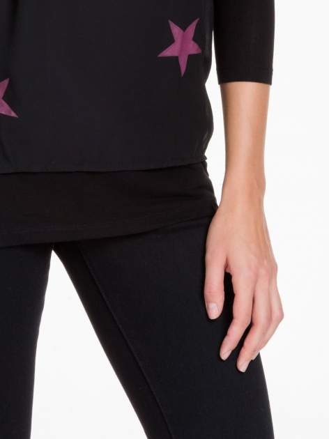 Czarna bluzka z nadrukiem bordowych gwiazdek                                  zdj.                                  5