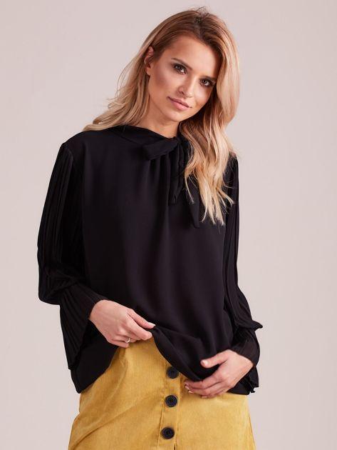 Czarna bluzka z plisowanymi rękawami                              zdj.                              1
