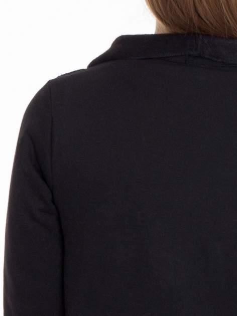 Czarna bluzonarzutka z klapami o kroju waterfall                                  zdj.                                  8