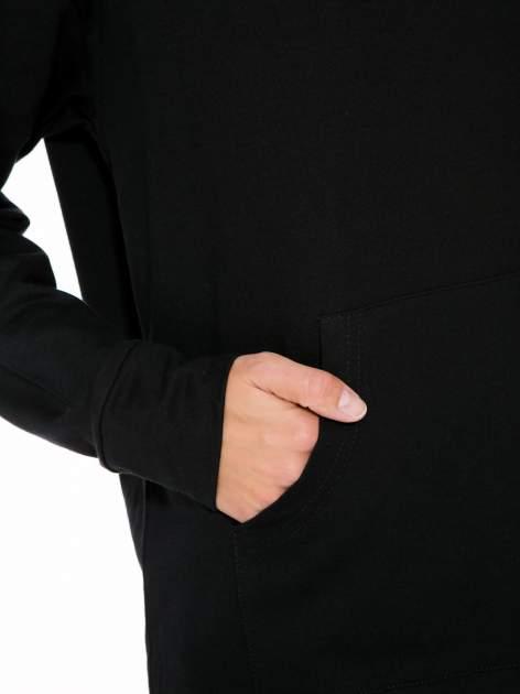 Czarna dresowa bluzosukienka z kapturem i kieszenią typu kangur                                  zdj.                                  9
