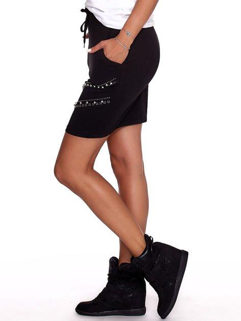 Czarna dresowa spódnica z kieszeniami i perełkami                              zdj.                              3