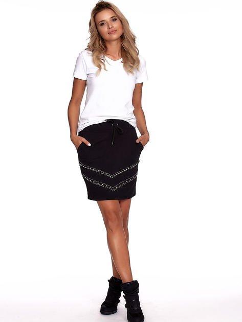 Czarna dresowa spódnica z kieszeniami i perełkami                              zdj.                              4