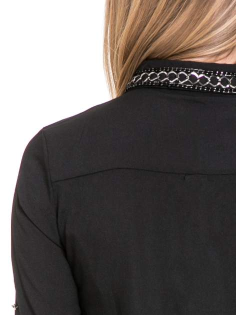 Czarna elegancka koszula z łańcuszkami na kołnierzyku                                  zdj.                                  8