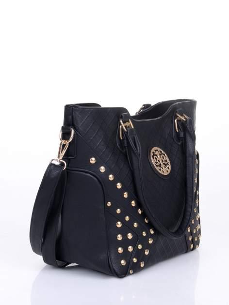 Czarna fakturowana torba ze złotymi nitami                                  zdj.                                  2