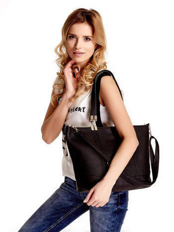 Czarna fakturowana torebka damska ze złotymi okuciami                                  zdj.                                  1