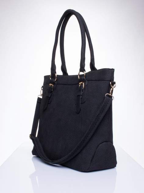 Czarna fakturowana torebka z klamerkami                                  zdj.                                  2