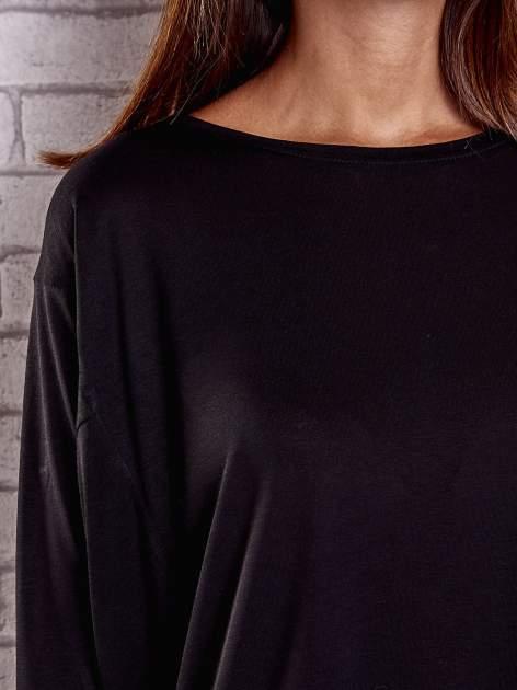 Czarna gładka bluzka z dłuższym tyłem                                  zdj.                                  6