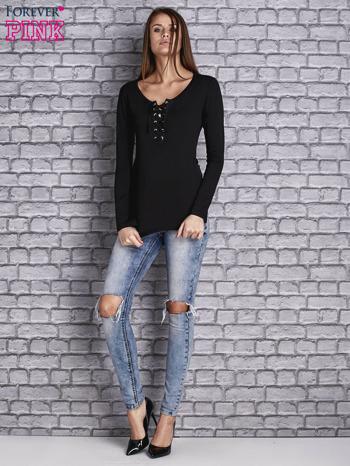 Czarna gładka bluzka ze sznurowanym dekoltem i troczkami                                   zdj.                                  2