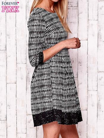 Czarna graficzna sukienka z koronkowym wykończeniem                                  zdj.                                  3