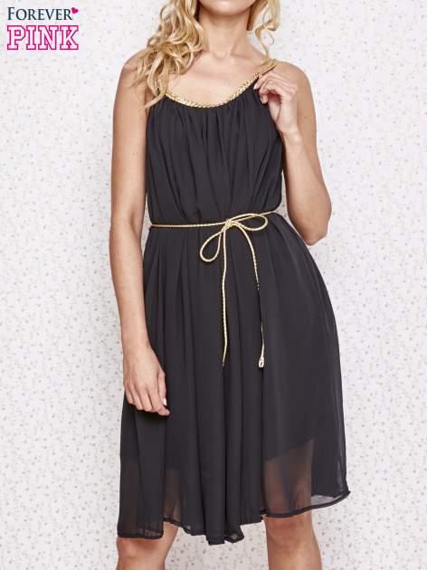 Czarna grecka sukienka ze złotym paskiem