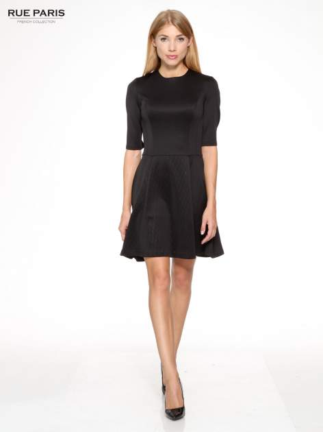 882d0a2e32 1  Czarna klasyczna sukienka z rozkloszowanym dołem w pikowany wzór ...