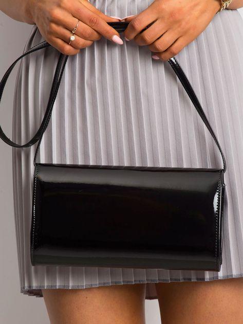 Czarna kopertówka z asymetryczną klapką                              zdj.                              2