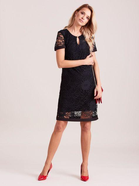Czarna koronkowa sukienka z wycięciem                              zdj.                              4