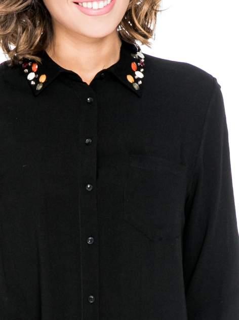 Czarna koszula z kołnierzykiem zdobionym kamieniami                                  zdj.                                  7