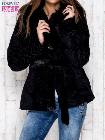 Czarna kurtka z futrzanym kapturem i paskiem                                  zdj.                                  1