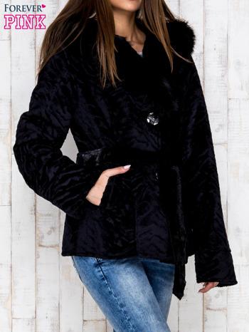 Czarna kurtka z futrzanym kapturem i paskiem                              zdj.                              3