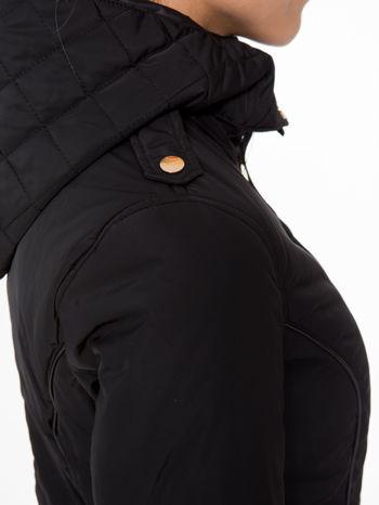 Czarna kurtka z pikowanymi wstawkami i skórzaną lamówką                                  zdj.                                  9