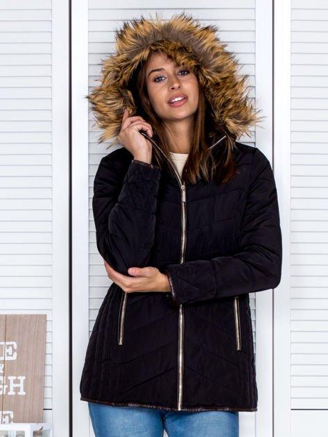 Czarna kurtka zimowa z futrzanym kapturem i kołnierzem                                  zdj.                                  2