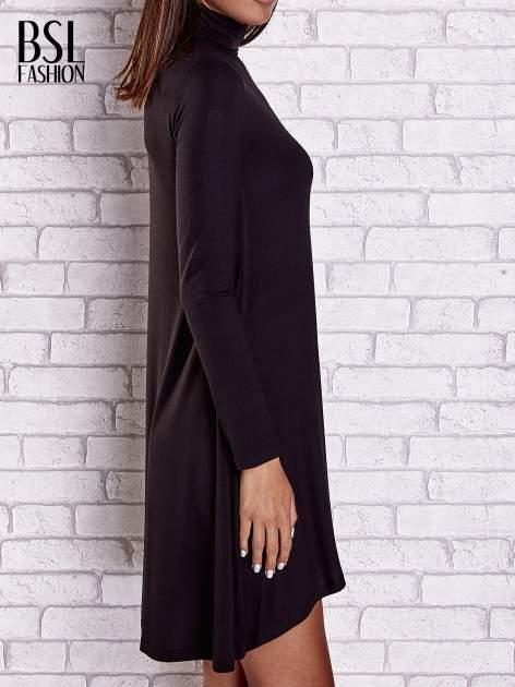 Czarna lejąca sukienka z golfem                                  zdj.                                  5