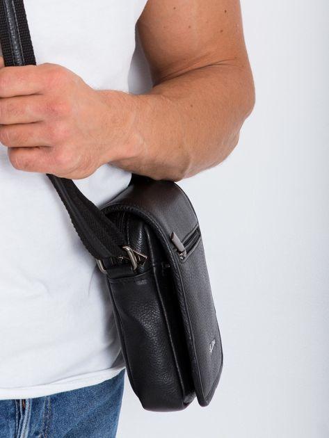 Czarna mała męska torba z klapką                              zdj.                              3