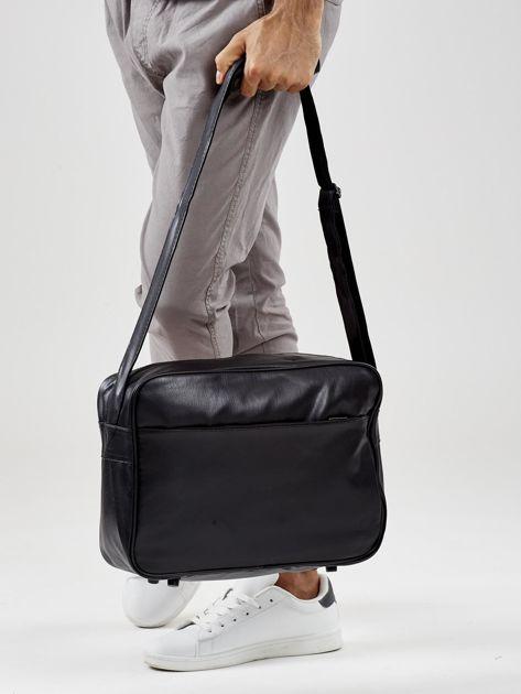 Czarna męska torba na ramię z nadrukiem                              zdj.                              7