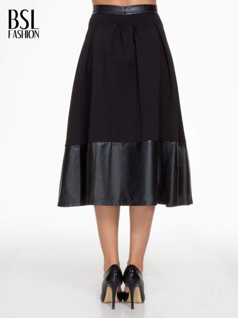 Czarna midi spódnica ze skórzanym pasem na dole                                  zdj.                                  4