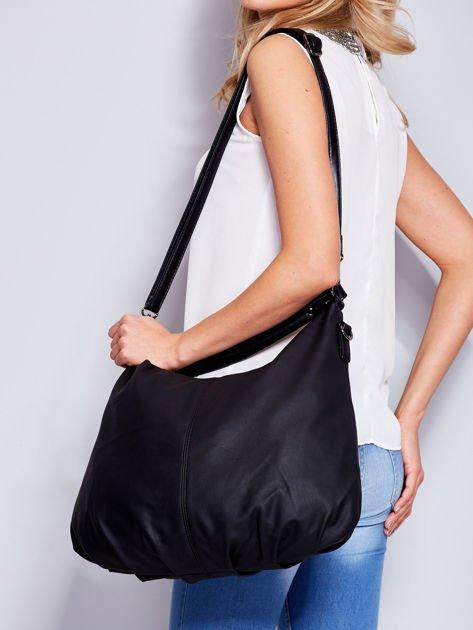 Czarna miękka torba na ramię z ozdobną przywieszką                                  zdj.                                  4