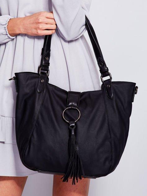 Czarna miękka torba z ozdobną klapką                              zdj.                              1