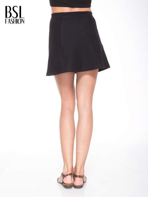Czarna mini spódnica skater z fakturą                                  zdj.                                  4