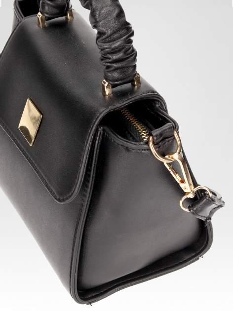 Czarna mini torebka kuferek z marszczoną rączką                                  zdj.                                  8