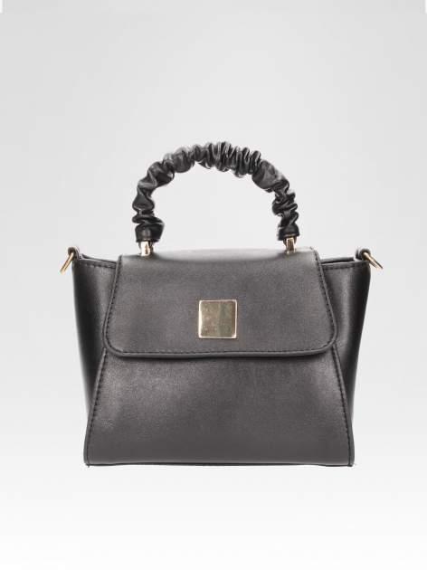 Czarna mini torebka kuferek z marszczoną rączką