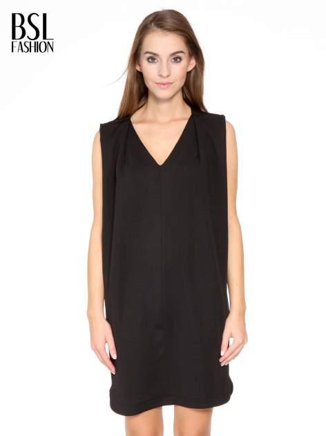 Czarna minimalistyczna sukienka z dekoltem w serek                                  zdj.                                  1