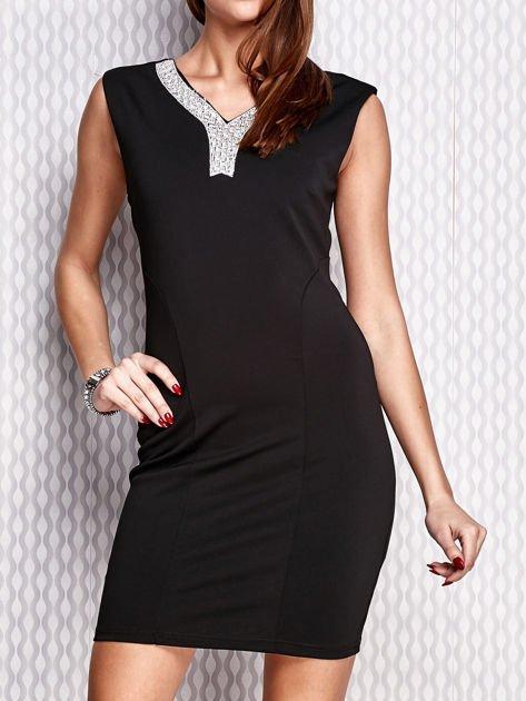 Czarna ołówkowa sukienka z błyszczącą aplikacją                                  zdj.                                  1
