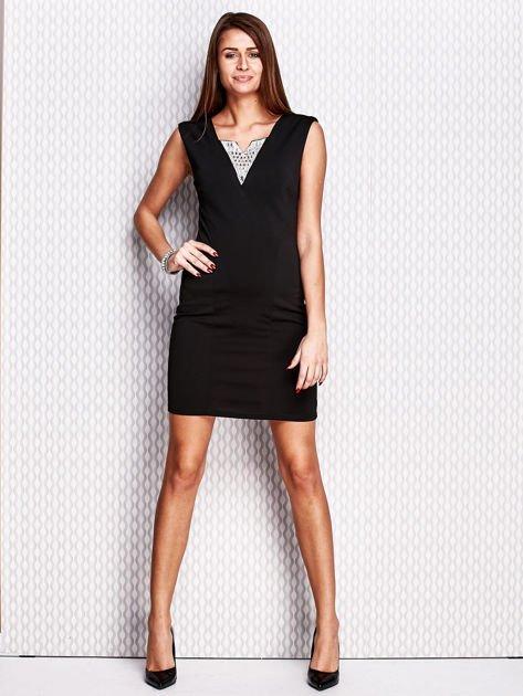 Czarna ołówkowa sukienka z błyszczącą wstawką przy dekolcie                                   zdj.                                  4