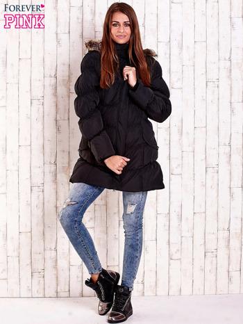 Czarna pikowana kurtka z futrzanym wykończeniem kaptura                                  zdj.                                  2