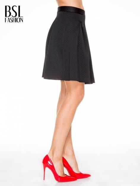 Czarna pikowana spódnica z kontrafałdami                                  zdj.                                  3