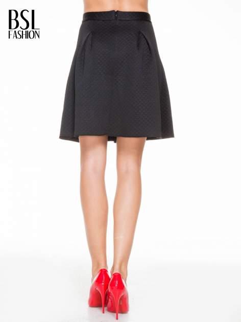 Czarna pikowana spódnica z kontrafałdami                                  zdj.                                  4