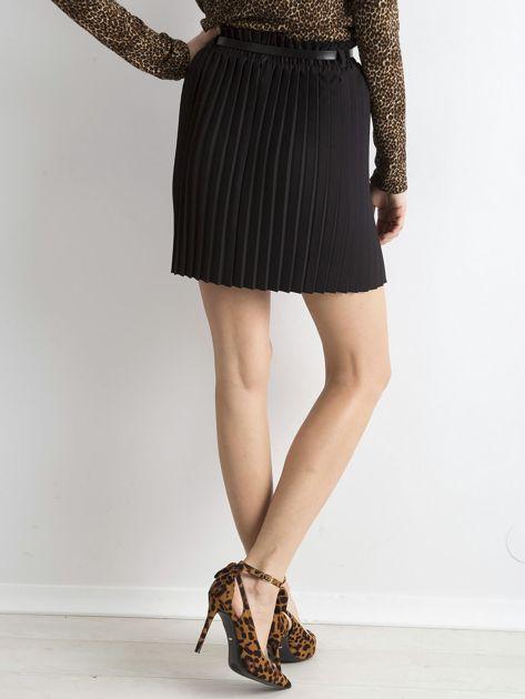 Czarna plisowana spódnica z paskiem                              zdj.                              2