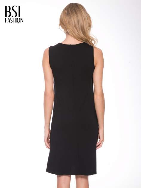 Czarna prosta sukienka z drapowaniem z przodu                                  zdj.                                  4