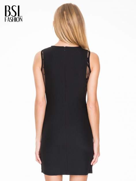 Czarna prosta sukienka z koronką po bokach                                  zdj.                                  4