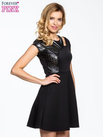 Czarna rozkloszowana sukienka z asymetrycznym wycięciem na dekolcie                                  zdj.                                  3
