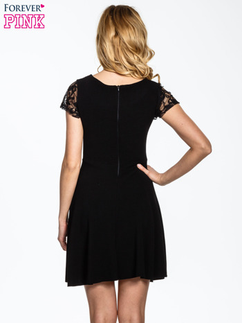 Czarna rozkloszowana sukienka z koronkowymi rękawami                                  zdj.                                  4