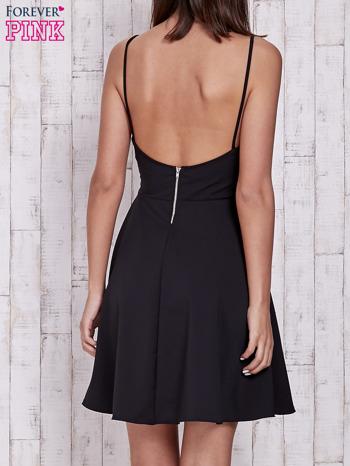 Czarna rozkloszowana sukienka z tiulowym dekoltem                                  zdj.                                  2