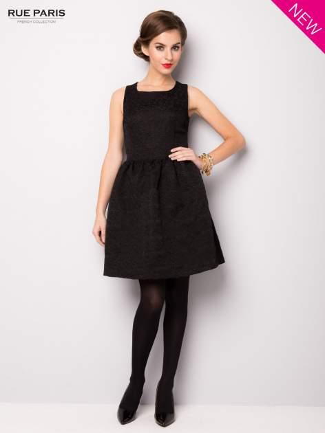 Czarna rozkloszowana sukienka z żakardowego materiału                                  zdj.                                  2