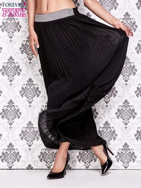 Czarna spódnica maxi plisowana z dżetami w pasie                                   zdj.                                  5