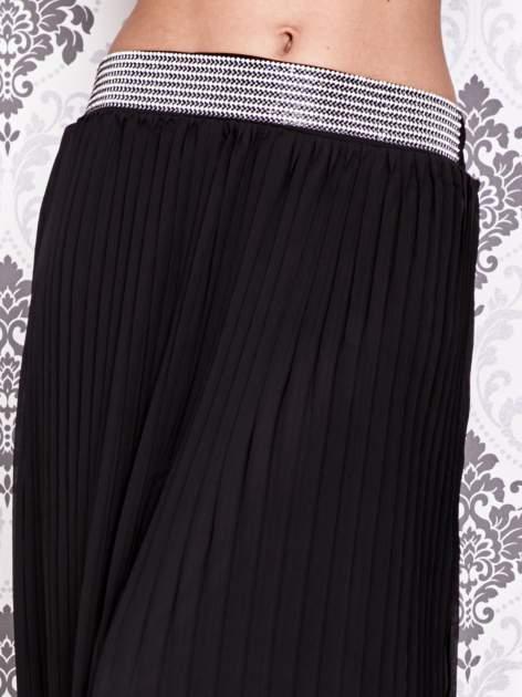 Czarna spódnica maxi plisowana z dżetami w pasie                                   zdj.                                  2