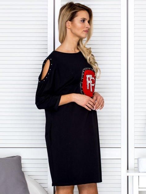 Czarna sukienka damska oversize z perełkami i okrągłą naszywką                              zdj.                              3