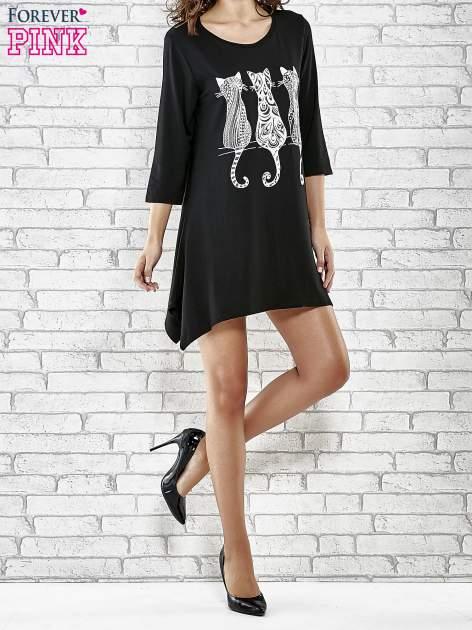 Czarna sukienka damska z nadrukiem kotów                                  zdj.                                  2